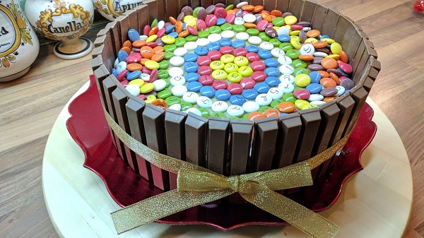 Pastel de cumpleaños con chocolates