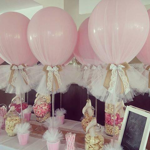 Decora con globos, flores y guirnaldas
