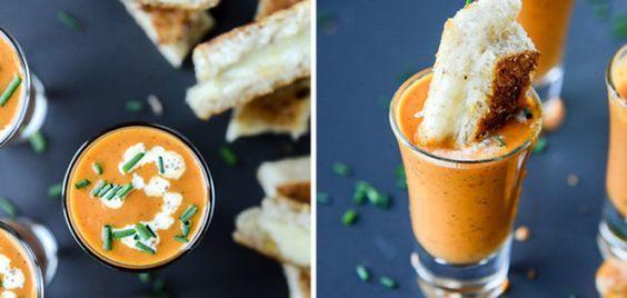 Palitos de queso sumergidos en sopa de tomate